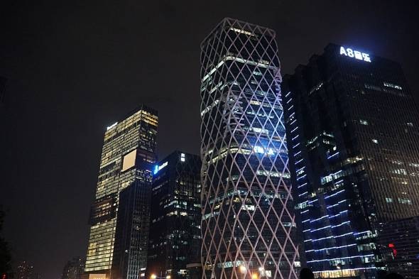 広東省深セン市のソフトウェア産業基地。夜遅くでも煌々と明かりがともっている