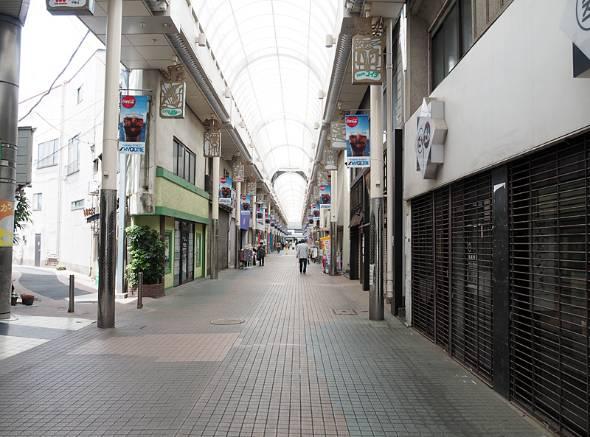 伊東駅近くのアーケード「キネマ通り」。寂しい雰囲気だ
