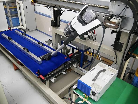 パナソニックの工場内で掃除機の新商品を評価テストする様子