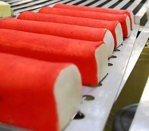 原材料や人件費などの高騰が深刻なカマボコ製品=糸満市内