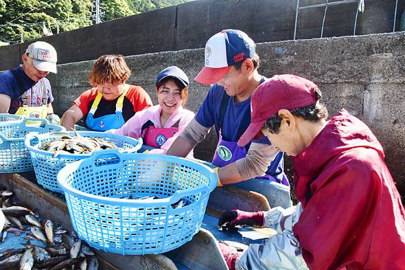 ゲイトの漁業部門を率いる田中優未さん(左から3番目)。いまや「漁業女子」として須賀利の人たちと一緒に活動する日々を送っている