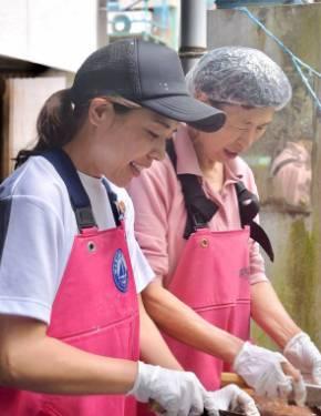 地元のお母さんたちと魚の加工作業を行う