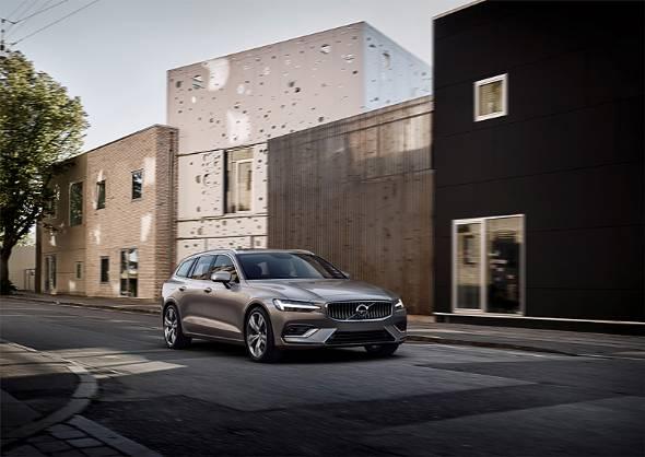 新型V60は全幅1850mmと、日本のパレット式駐車場を意識したサイズでデビューした