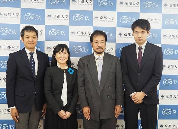 左からフォルシアの洲巻圭介経営企画室長、屋代浩子社長、京都大学大学院情報学研究科の梅野健教授、フォルシア 技術部の新谷健氏
