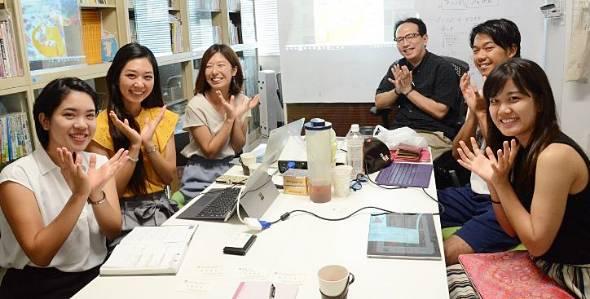 沖縄の道路景観の改善を通して観光の質を高める「ブルーミングプロジェクト」を進める琉球大学観光産業科学部のゼミ生と金城教授(右から3人目)=同大学