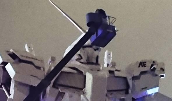 ユニコーンガンダムの左肩にある「AE」はアナハイム・エレクトロニクスのエンブレムだ(ダイバーシティ東京にて筆者撮影)