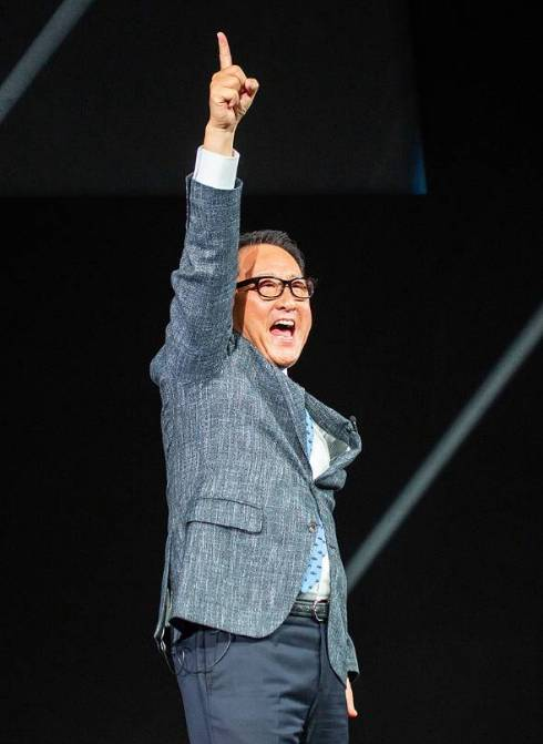 コネクティッドの説明会で仲間づくりを訴え「この指とまれ!」と大きなアクションを見せる豊田章男社長
