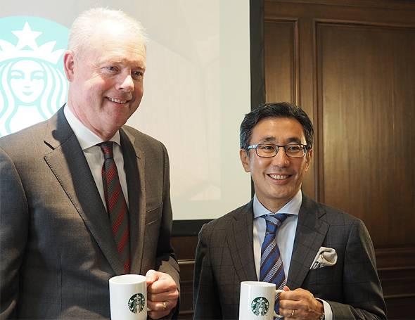 米Starbucksのケビン・ジョンソンCEO(左)と、スターバックス コーヒー ジャパンの水口貴文CEO