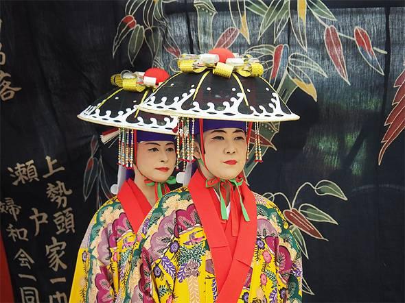 沖縄・竹富島で600年以上も続く「種子取祭」。この小さな島に大勢の人々が押し寄せ、1年で最も盛り上がる