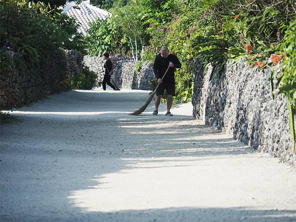集落の白い砂の道。毎朝掃き掃除が行われている