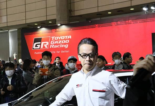 東京オートサロン2019のプレスカンファレンスでスープラのレーシングモデルをお披露目し、フォトセッションに臨むトヨタの友山副社長