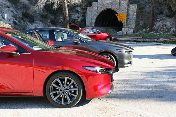 新型Mazda3(アクセラ)の試乗会は北米カリフォルニアで開催された。試乗モデルは欧州仕様のハッチバックが2.0マイルドハイブリッドとMTにサマータイヤ。北米仕様がセダンに2.5リッター6段ステップATとオールシーズンタイヤの組み合わせ