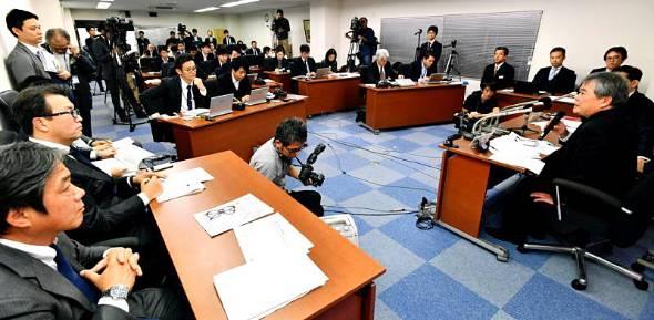 野村ホールディングスとカーライル・グループの関係者も同席したオリオンビールの記者会見。多くの報道陣が詰め掛けた=1月23日、浦添市城間の同社