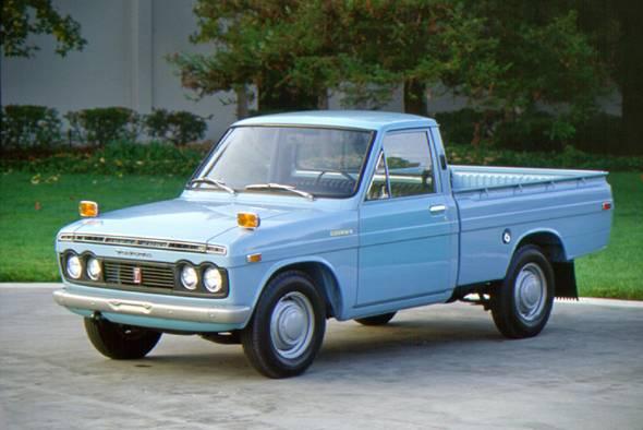 1968年に登場した初代ハイラックス。1.5リッター70psのエンジンに4MT。この当時は純粋に小型ピックアップトラックであり悪路走破性は持っていなかった