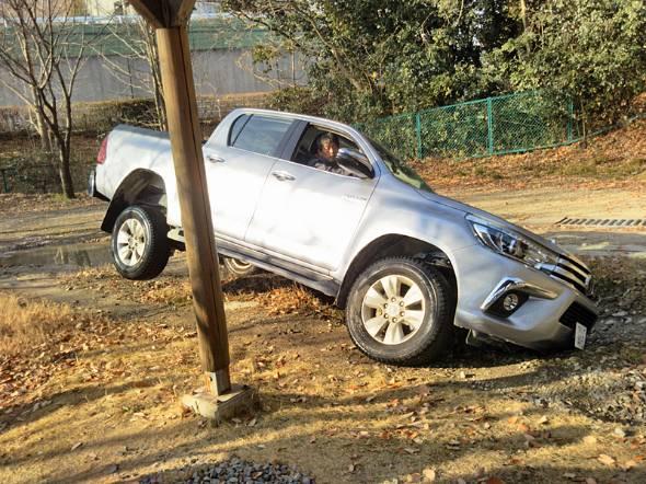 フロントタイヤを穴に落として、フロントバンパーをガリガリとこすりながら脱出する