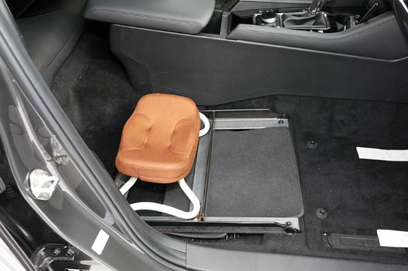 体幹の筋肉をトレーニングするためのグラグラするシートを助手席に据え付けてゆっくり走る。現行アクセラと新型Mazda3を比べると腹筋の負担が明らかに違う。シートだけでなくシャシーも体幹の筋肉への負担を減らしている