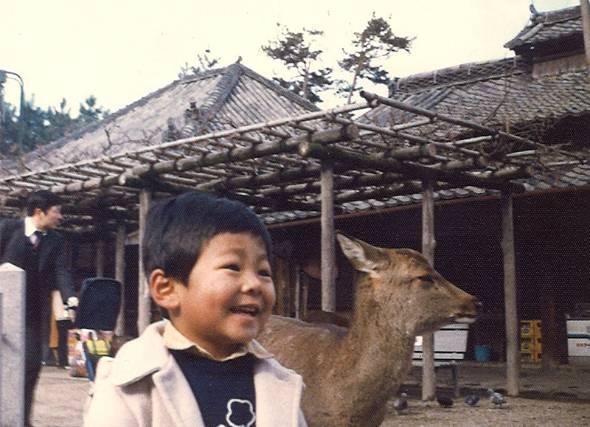 幼少期の瀬川さん。地元・奈良の奈良公園にて