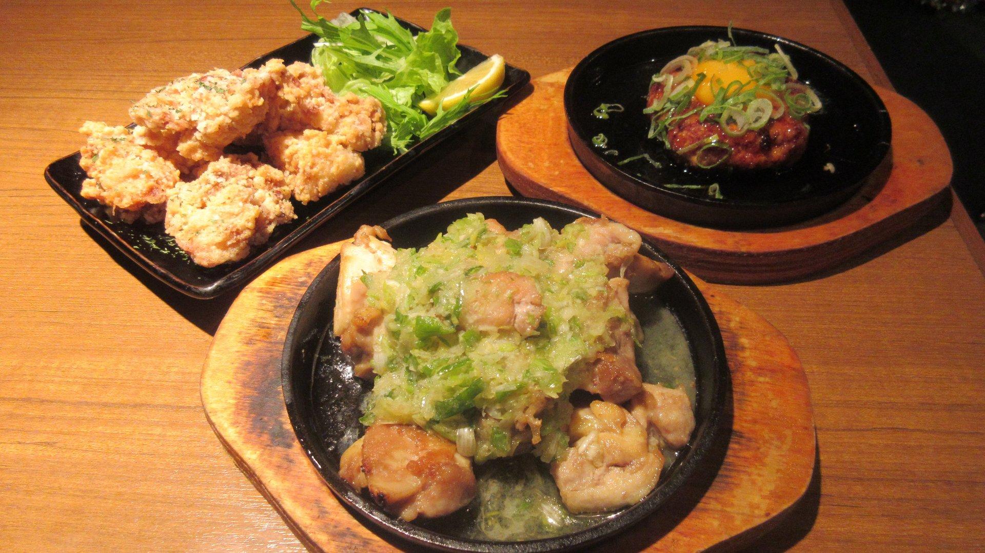 人気の鶏メニュー。左から唐揚げ、焼鳥、つくね