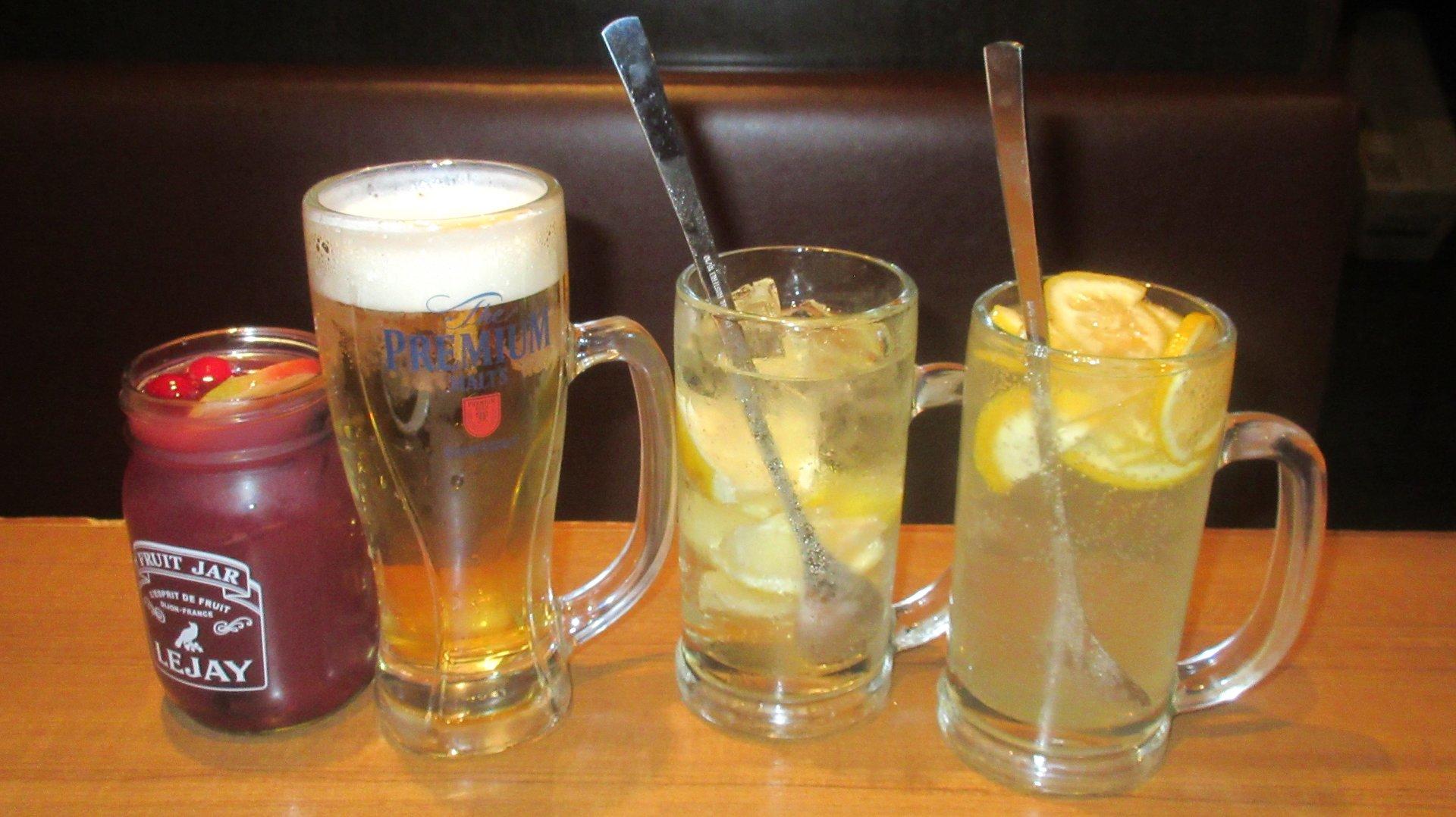 人気のドリンク。左からサングリア、生ビール、冷凍レモンサワー、はちみつレモンサワー