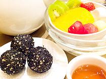 黒胡麻入り焼き団子(左)とマンゴー入り豆腐花&漢方ゼリー(右)