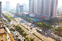 珠海側の広々とした中国らしい道路。街路樹として南国風の樹木が並ぶ