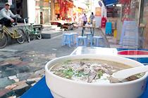 食事は屋台風の店で。牛肉入り麺が2元(約30円)、しかも美味い
