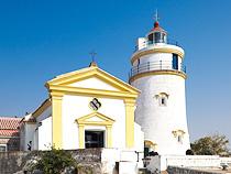 ギア要塞の東望洋燈塔と聖母雪地殿教堂。西洋式灯台としては中国で最も古い