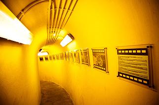 ふもとの防空壕には兵器や迷彩服、写真などが展示