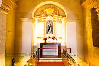 聖母雪地殿教堂では祭壇のほかフレスコ画を見られる