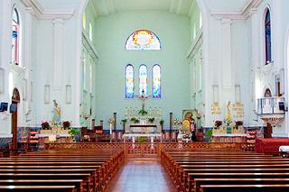 大堂の内部には白壁とステンドグラス