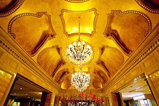 アーチ型の天井と特注クリスタルシャンデリアが出迎えてくれる開放的なホテルロビー