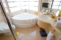 スパスタイルのバスルーム。大理石をふんだんに使い、エレガントなバスタイムを演出