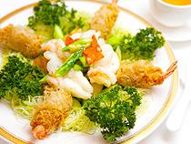 「クルマ海老の炒め、海老入りタロイモコロッケ添え」HK$260——伝統的な広東料理をシェフがアレンジ。クリスピーさと新鮮さを調和させた炒め方に達人の技が光る。タロイモに少量の油を加えて仕上げるのもコツ。