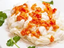 「伊勢海老と卵白の炒め、蟹味噌がけ」HK$450——ロブスターとあえられた卵白には美肌効果を狙ってミルクをブレンド。あとは鹽(しお)と砂糖を少々というシンプルなレシピ。蟹味噌の新鮮さを損なわないようにこれらを一体化するには、繊細な火加減とシェフの経験とカンが必要