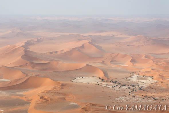 ソススフレイ大砂丘群空から見たソススフレイの大砂丘群。D800、AF-S 24-70mm f2.8G ED、1/2500秒、F5、ISO640、焦点距離66ミリ