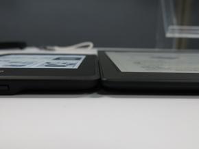 Kindle Paperwhite(8.1ミリ)とDPT-S1(6.8ミリ)の厚さ比較