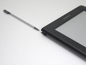 手書きメモや文字列選択など、細かい操作を行うためのタッチペンを本体右上に収納できる
