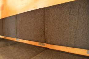壁面のソファ席にも設置