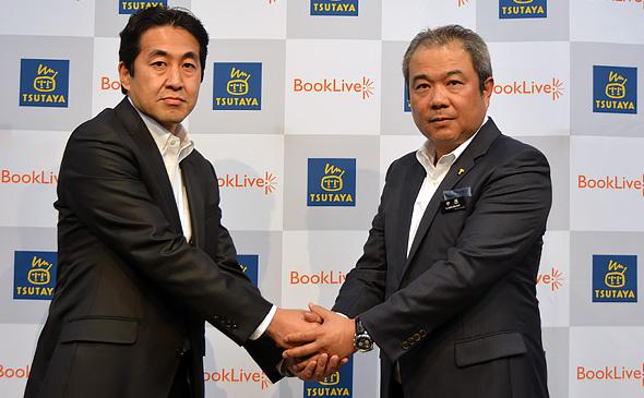 ガッチリと握手を交わすBookLive代表取締役社長の淡野正氏(左)とCCC TSUTAYAカンパニー副社長の中西一雄氏(右)