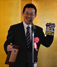 赤松健氏。12月17日に発売された『UQ HOLDER!』5巻をさっと取り出して宣伝