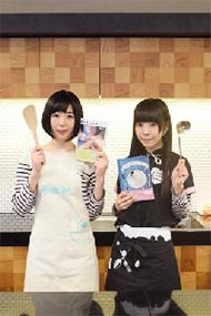 初めてのレシピ集を出版した相沢梨紗さん(右)と夢眠ねむさん(左)