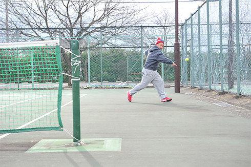 きわどい球を追い掛け、コートの外に追い出される佐藤コーチ