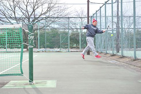 相手コートの内側に向かって、ボールをこすりあげるようにラケットを振り上げます