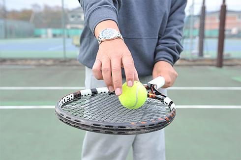 ラケットがボールに当たるときのラケット面の角度は、「地面とほぼ平行」くらいのイメージです