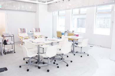 店内は白を基調としたシンプルな空間