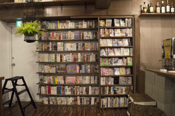 マンガHONZでレビューした作品をメインに並べた店内正面の本棚