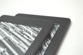 ベゼル部分はより光を反射しにくい材質に。触り心地はマット感がありサラサラしている(上が最新モデル)