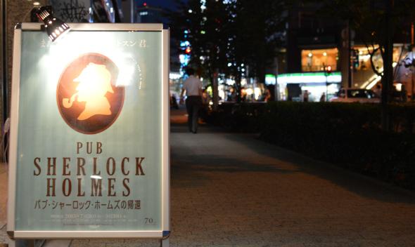 夜の神田にひっそりとたたずむ看板