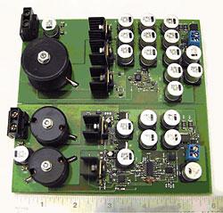 図1 同じ出力電圧/出力電流のスイッチング・レギュレータを比較。上は単相、下は2相のインターリーブ機能付き。単相の方が基板面積が広い。