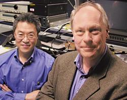 図2 米BBN社のHenryYeh氏(向かって左)とChipElliott氏(右)。DARPAが援助するQCプロジェクトのリーダーを務める。